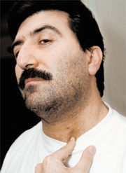 ... var påverkad av sprit och lyckopillret Cipramil. Plötsligt försökte han skära upp taxichauffören Ramzi Sadis hals med en glasbit. Ramzi Sadi ... - ramzi