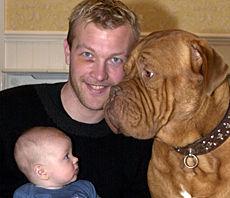 FAMILJELYCKA Magnus Hedman sitter med två av sina ögonstenar 253b0fa5be4e9